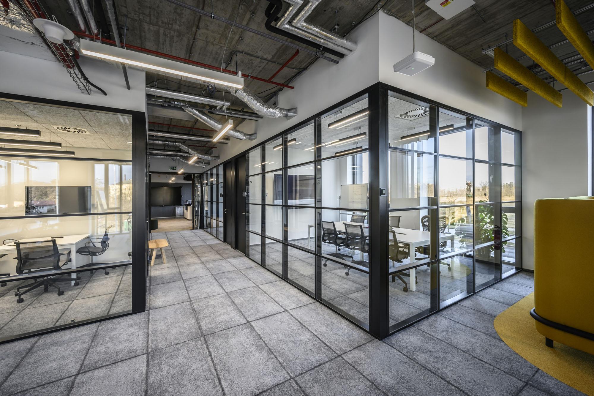 Büroräume mit Reminiszenz an das Industriezeitalter
