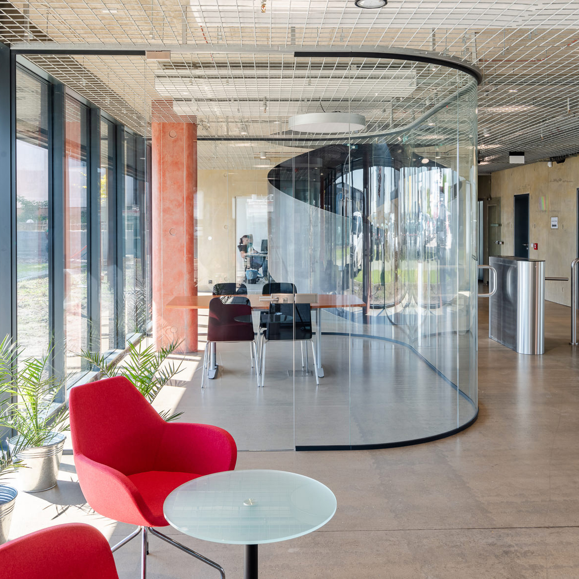 Curved glazed partitions