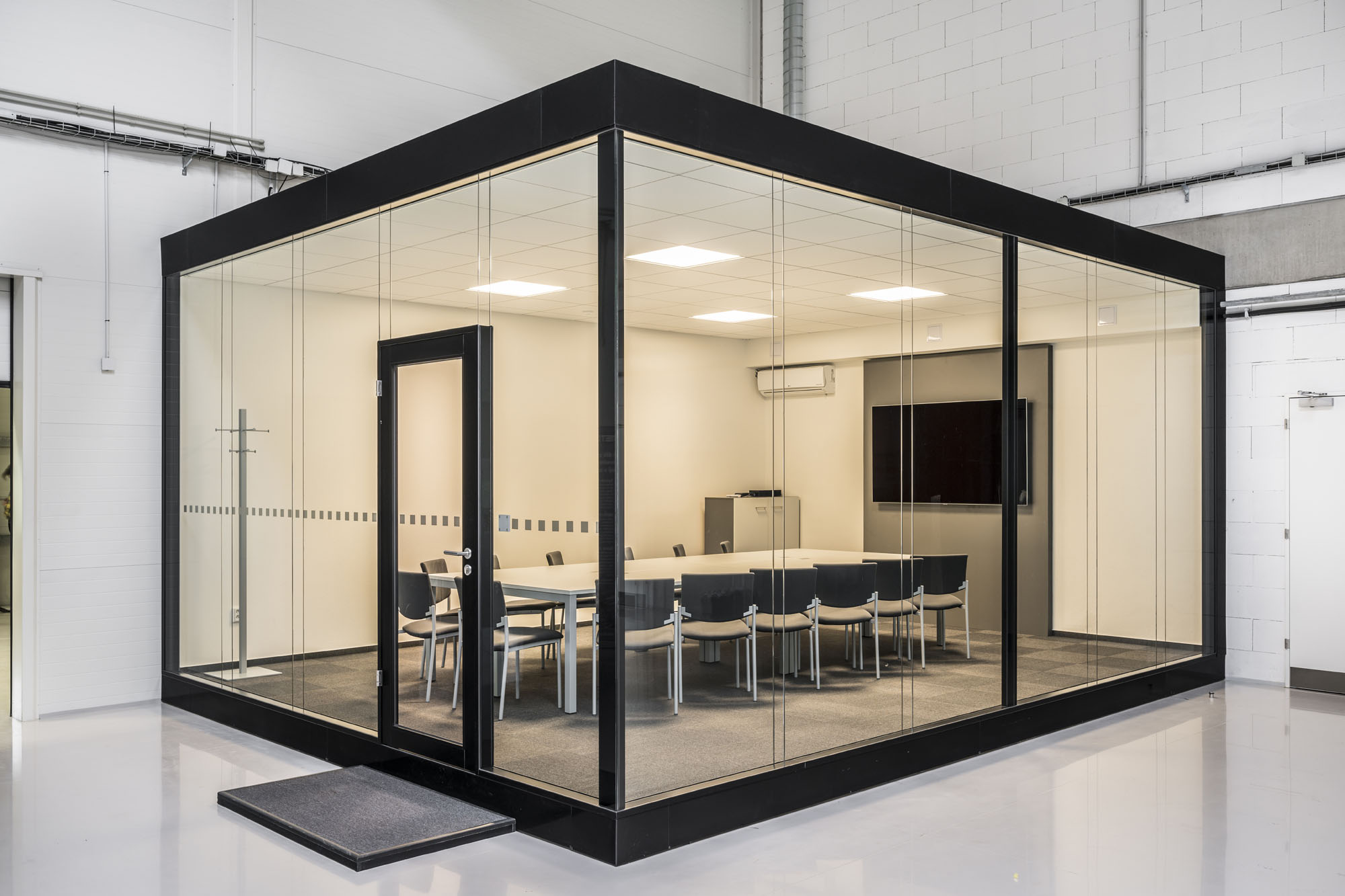 In-hall unit with glazed partitions