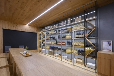 Glass partitions mixing with good wine